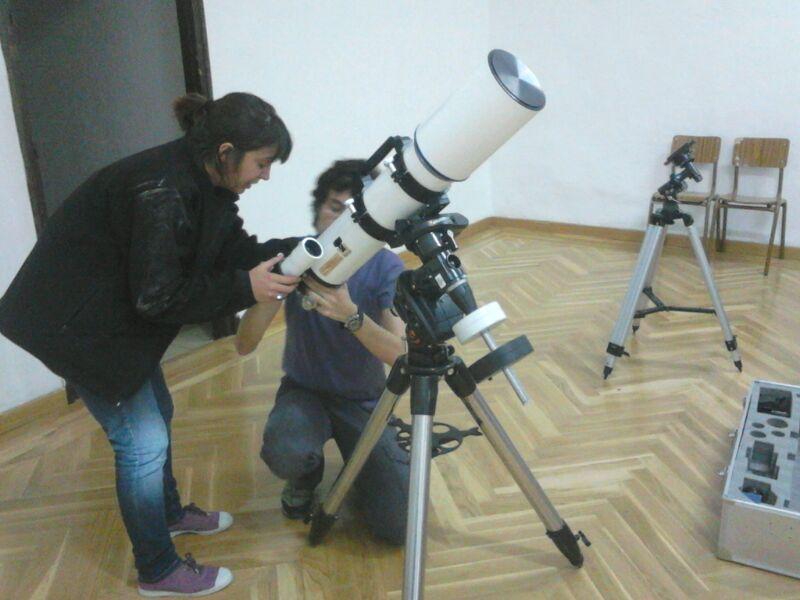 Montar un telescopio no es tarea fácil. Claudia y José nos enseñaron #SueñosArca
